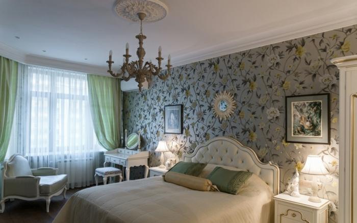 chambre de luxe, lit crème, fauteuil confortable, petite table baroque, chandelier baroque