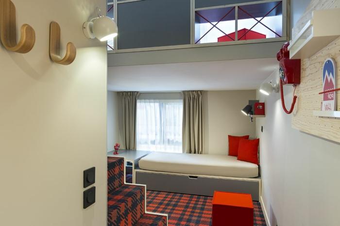 chambre avec mezzanine, chambre d'enfant de deux niveaux, tapis carré en rouge et bleu