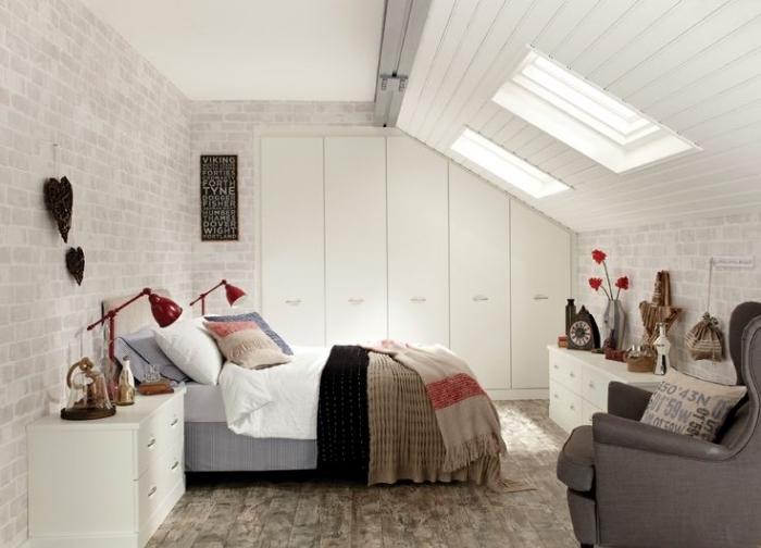 deco chambre, modèle de fauteuil en tissu gris foncé avec coussin beige à chiffres grises, vase blanc et gris avec fleurs rouges