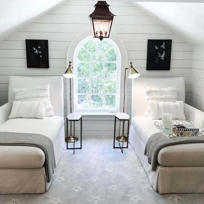 chambre a coucher, aménagement pièce d'enfant avec deux lits, lampe sur pied métallique et petite table de chevet blanc et noir