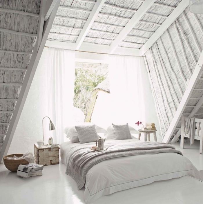 chambre d ado fille, pièce blanche sous grenier avec rideaux longs et blancs, table de chevet en bois style vintage
