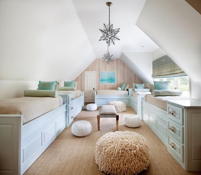 amenagement combles, papier peint beige et murs blancs, chambre d'enfant au grenier avec meubles en bois