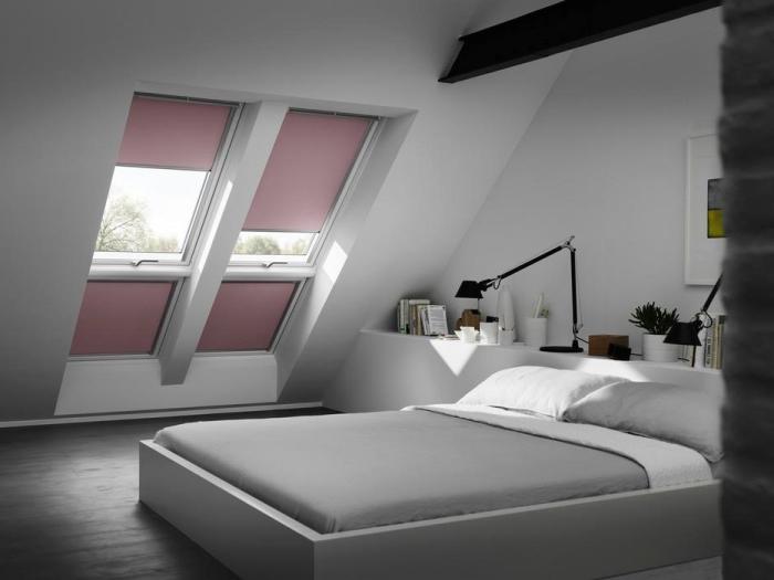 amenager comble, grand lit avec linge de lit blanc et gris, petite fleur verte dans pot à fleur blanche