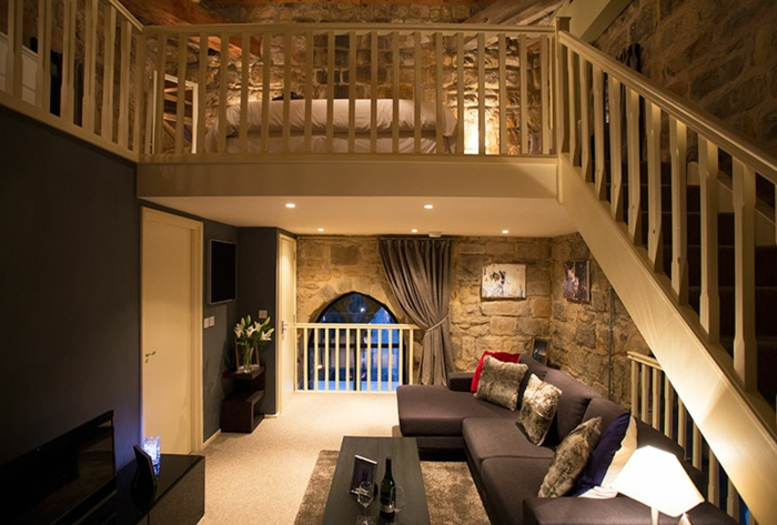 chambre mezzanine, sofas modulables, mur en pierre apparente, salle de séjour et chambre