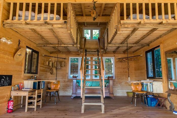 chambre mezzanine, chalet romantique avec deux lits sous la toiture accessibles par une échelle