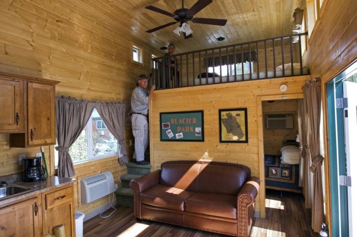 chambre mezzanine, plafond en bois canapé en cuir, cuisine séjour et chambre à coucher