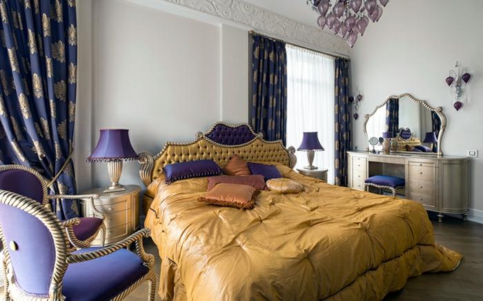 chambre romantique, couette de lit couleur moutarde, chaises bleues, lampes bleues
