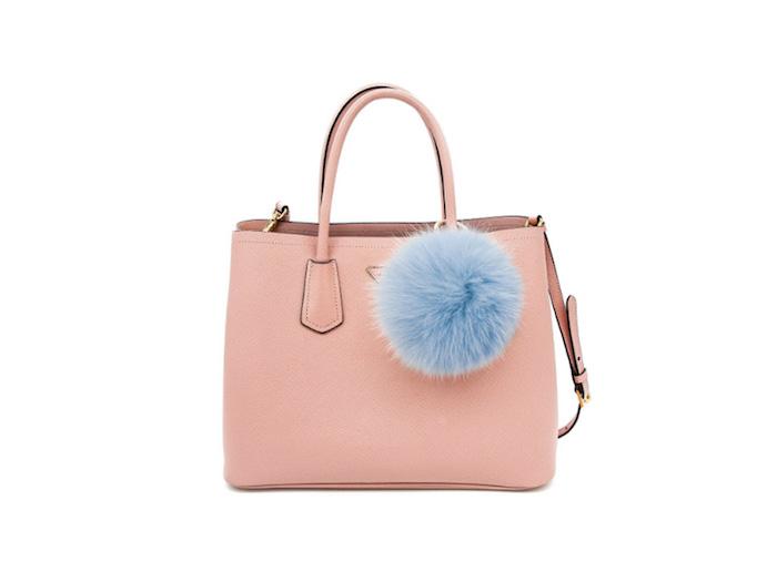 idée cadeau femme 30 ans et cadeau de noel, chargeur de boîtier de batterie en forme de pompon violet attaché aux manches d un sac a main rose
