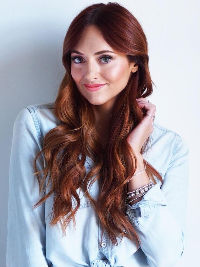 auburn cheveux brun, combiner la chemise en denim clair avec bracelets en argent et cristaux, teinture auburn