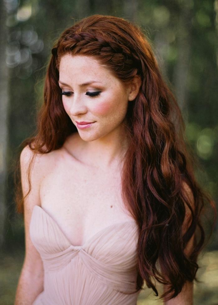 cheveux auburn naturel, robe de mariée de nuance champagne avec bustier en coeur, couleur auburn foncé