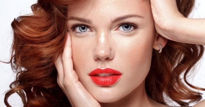 auburn cheveux, maquillage pour les yeux bleus avec fards à paupières marron et crayon noir, coiffure de cheveux longs et bouclés