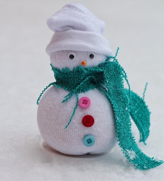 décoration de noel à faire soi même, petite figurine dyi en corps blanc avec boutons sur le ventre et écharpe verte
