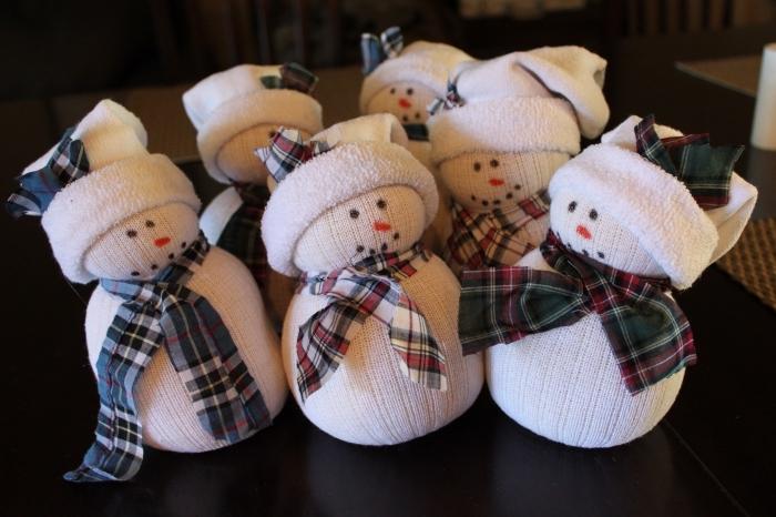 decoration de noel fait main, objet décoratif fabriqué en chaussette blanche et tissu carré en noir et blanc