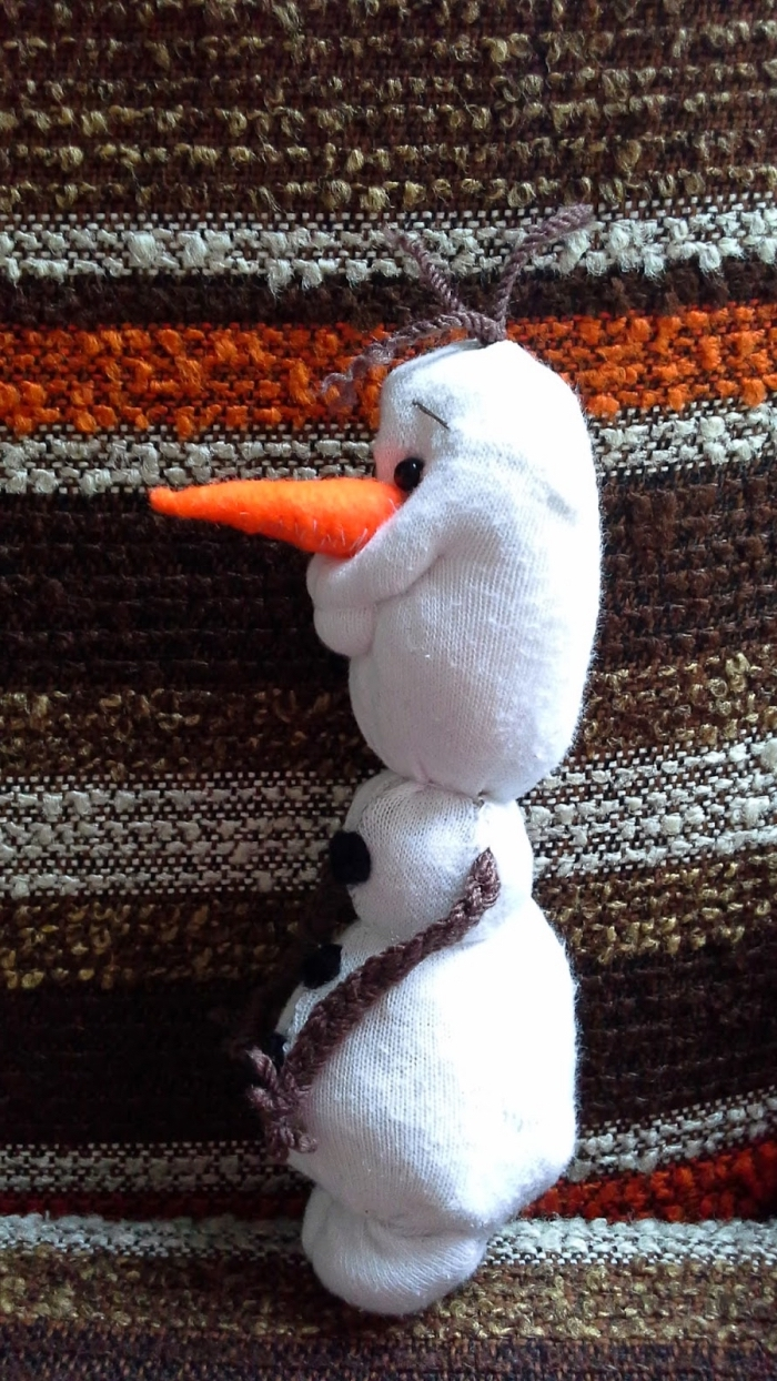 bonhomme de neige chaussette, figurine Olaf au nez orange avec manches marron et boutons noirs