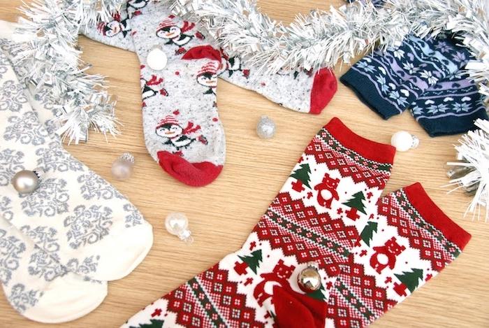 idee cadeau noel ado, chaussettes de noel en rouge, vert, blanc et gris à motifs sapin de noel, ourson, pingouin et flacons de neige