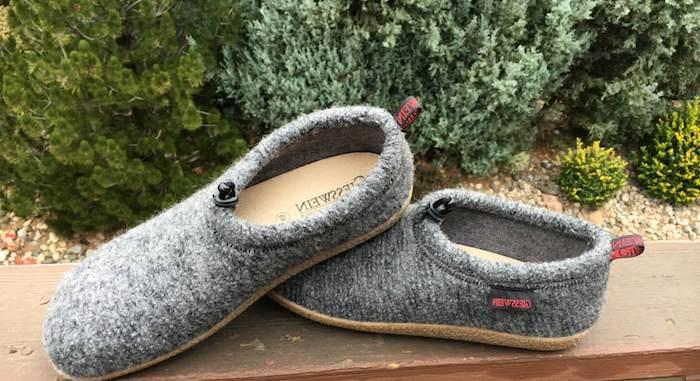 cadeau de noel ado garcon, des chausson de couleur grise moelleux, idée de cadeau frère, ami, enfant