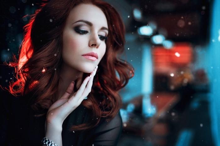 couleur auburn foncé, manucure française classique pour ongles longs, modèle de chemise noire pour femme