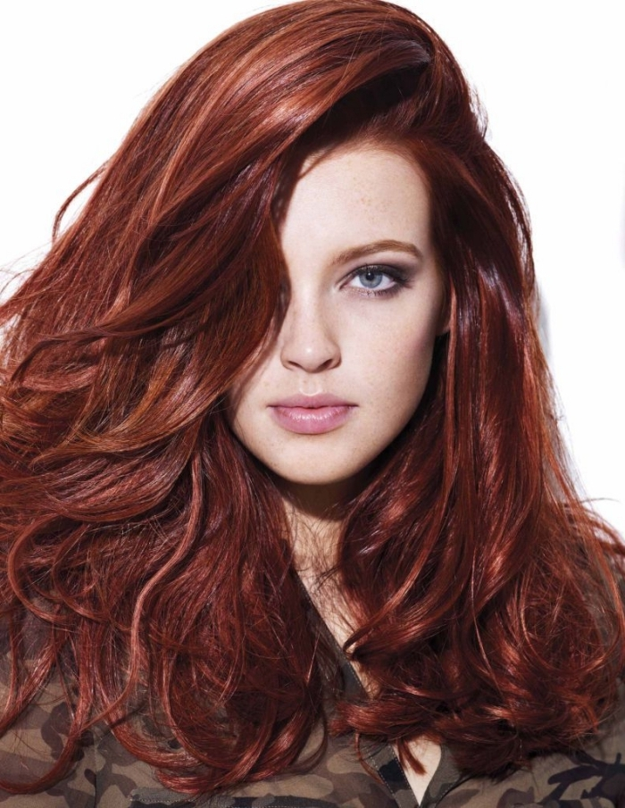 auburn coloration, chemise tendance à design camouflage pour femme, cheveux longs volumineux en rouge