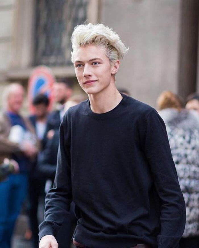 une coupe hipster originale qui associe la coloration blond polaire pour homme aux cheveux décoiffés mi-longs portés de côté
