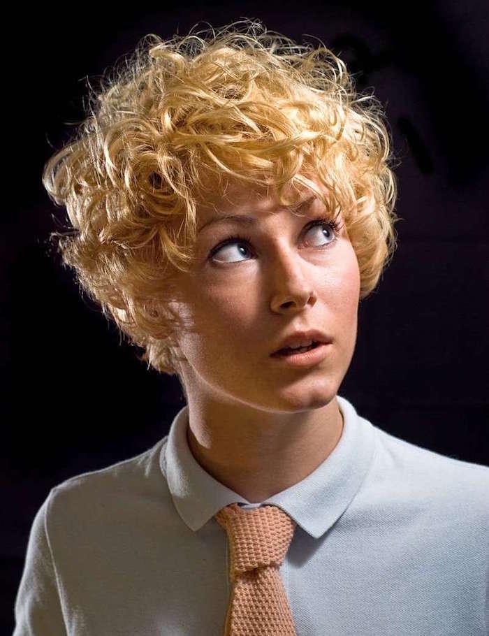 modele coiffure femme blonde bouclée court style années 60