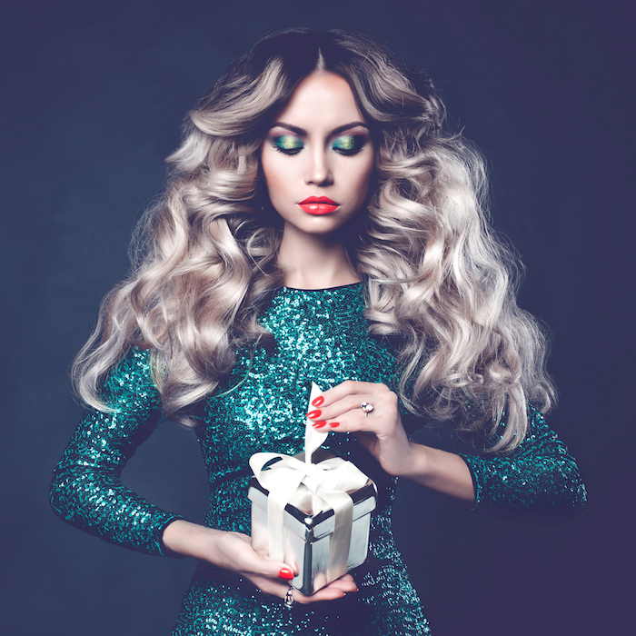 grosses boucles sur cheveux longs, idée de coiffure facile pour la fete de noel, robe verte pailletée et cadeau dans une boite argentée