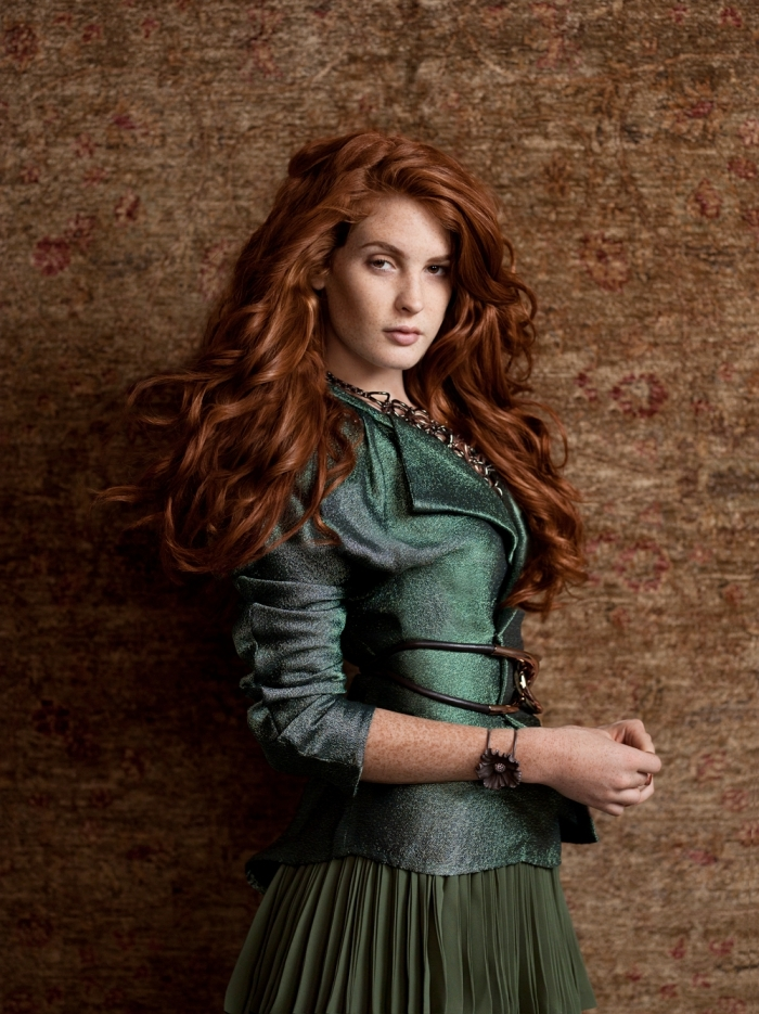 coloration auburn sur des cheveux longs et marron avec reflets dorés, combiner la jupe vert foncé avec blazer vert