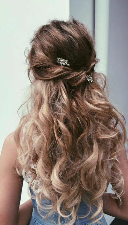 Modele coiffure maquillage et coiffure mariage cheveux bouclés longs belle coiffure accessoires mariage