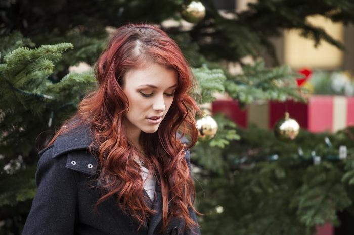 couleur auburn acajou, cheveux longs bruns avec reflets rouges, maquillage des yeux aux fards à paupières marron