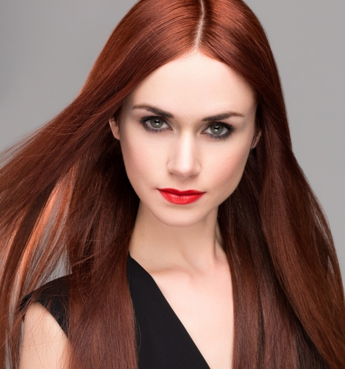 couleur auburn cheveux, coiffure pour cheveux longs et raids avec reflets rouges, robe noire avec décolleté en V
