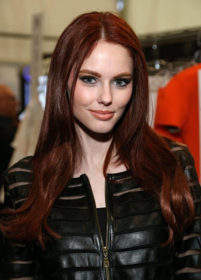 auburn cheveux brun, combiner la robe noire avec veste en cuir noir, teinture auburn sur cheveux longs