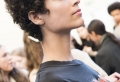 Coupe courte cheveux bouclés – 49 ondulations de style