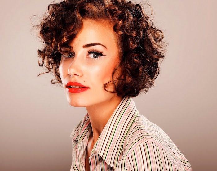 coupe cheveux bouclés femme cheveux courts frisés
