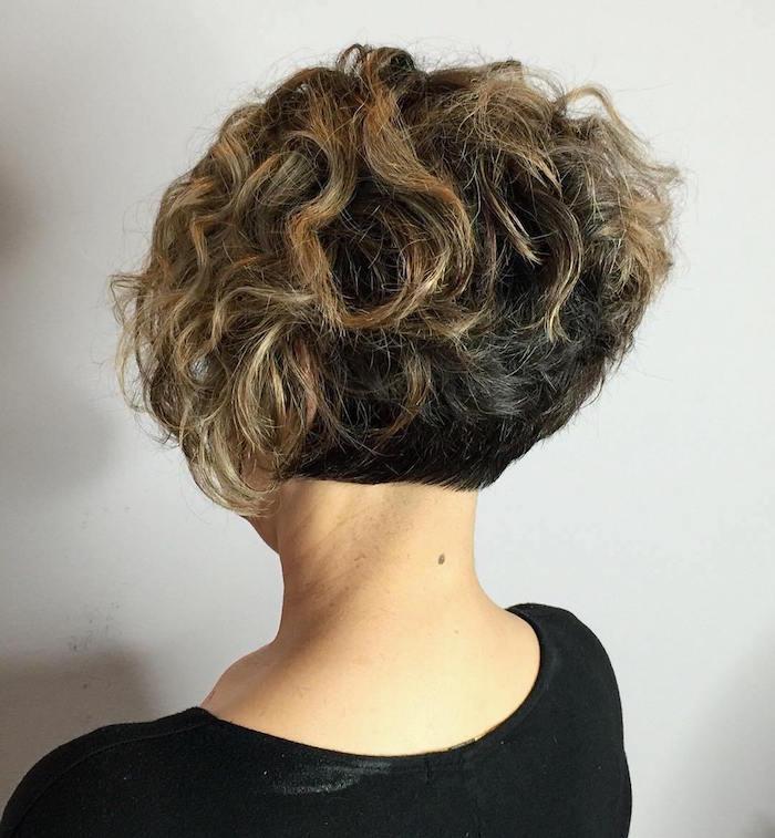 coiffure bouclés court cheveux frisés courts femme