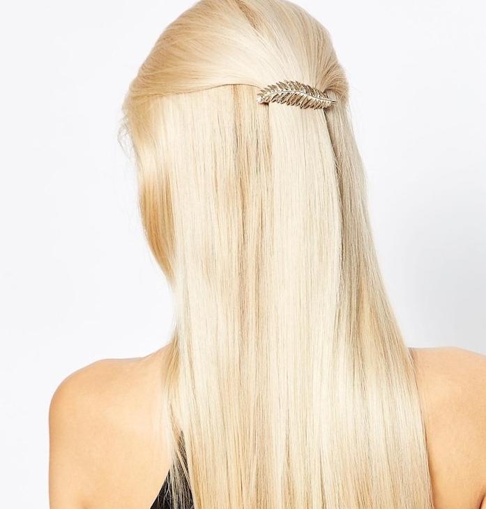 cheveux attachées en arrière avec une barrette en forme de feuille dorée, coiffure simple pour noel