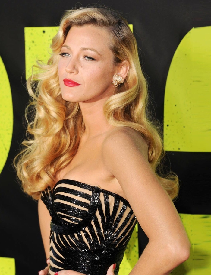 coiffure vintage pour un look rétro-glam avec de belles ondulations hollywoodiennes et une raie sur le côté