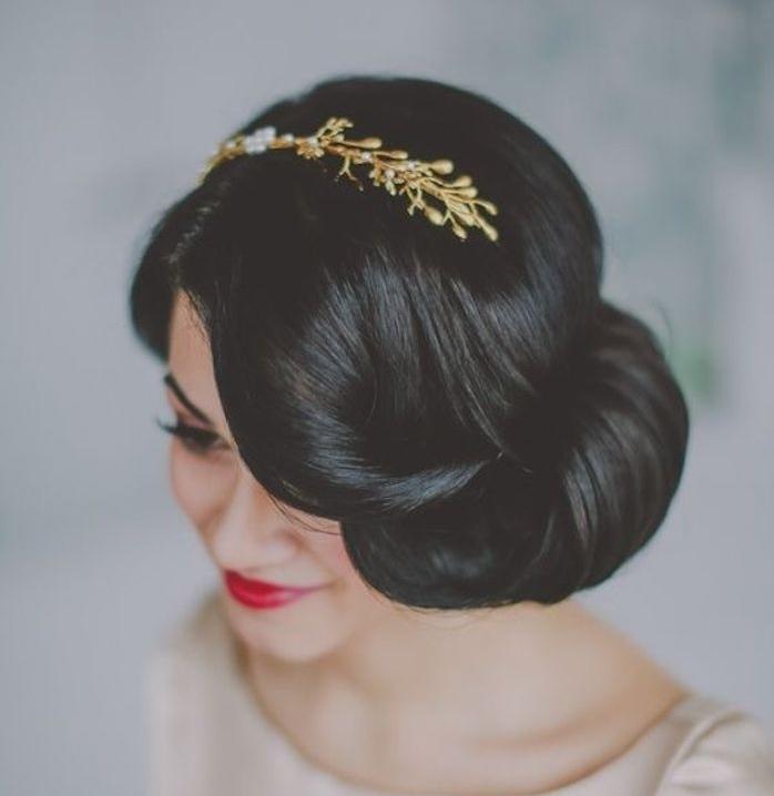 modele de coiffure noel, style blanche neige, chignon banane sur le côté et accessoire cheveux branches dorée