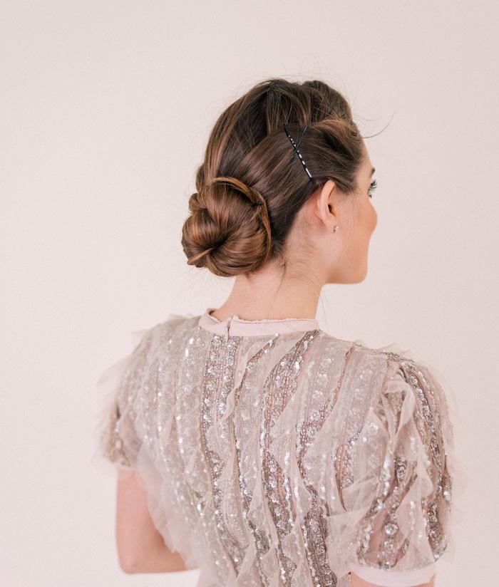 coiffure nouvel an, chignon bas avec volume sur le dessus, robe gris et beige, idée de look femme elegant