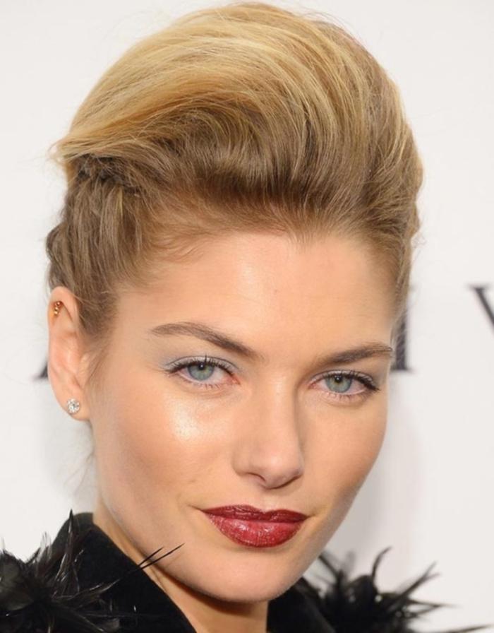 une coiffure rockabilly moderne à coque de style rock qui apporte un joli volume aux cheveux