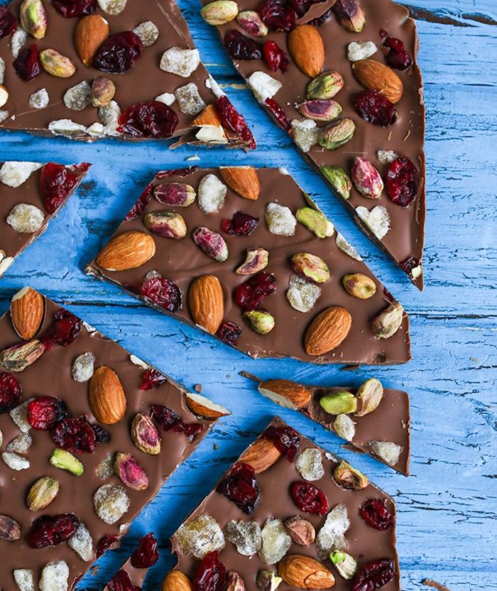 chocolat au lait aux fruits séchés, amandes, graines, idée de de dessert de noel original et facile a faire