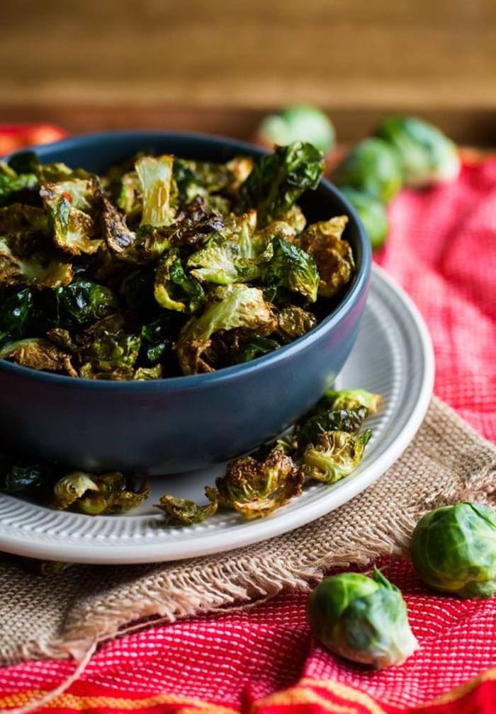 recette végétarienne rapide et originale pour des choux de bruxelles frits assaisonnées de zeste de citron