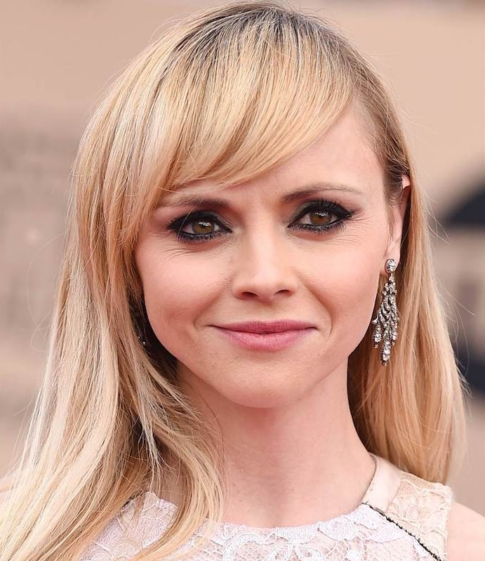 coupe de cheveux pour visage rond, cheveux longs sur le côté et frange asymétrique, christina riccie, look red carpet