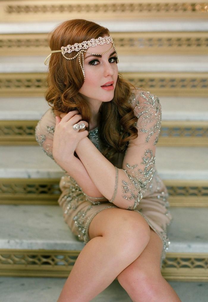 coiffure anées 20, headband subtil finition argentée, robe dentele transparente