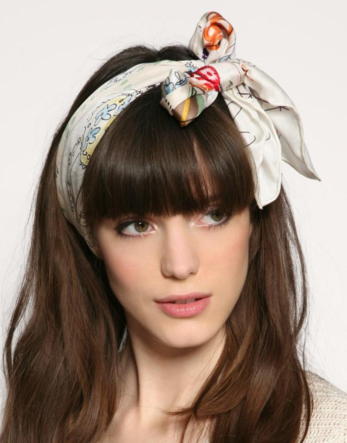 coiffure avec bandana, ruban noué blanc, frange droite, cheveux longs