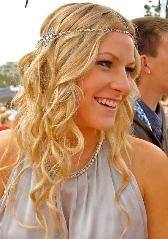 coiffure avec headband, robe gris pâle féérique, diadème chaine, cheveux bouclés