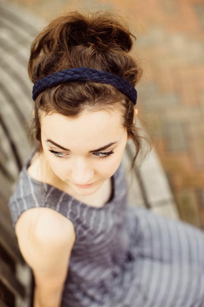 coiffure avec headband, bandeau bleu tressé, queue de cheval, cheveux chatain foncé