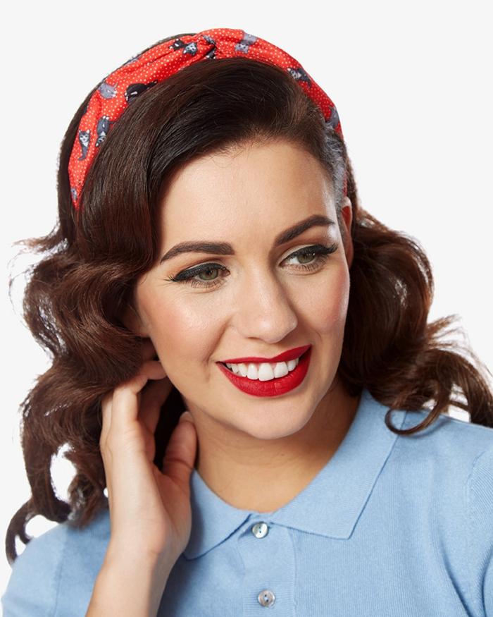 coiffure avec headband, cheveux ondulés couleur foncée, bandeau de cheveux rouge