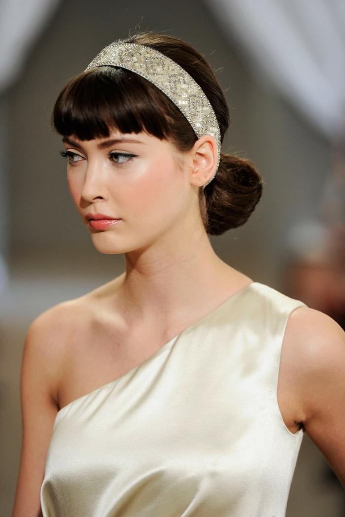 coiffure avec headband, chignon bas, frange droite, bandeau et robe en couleurs lumineuses