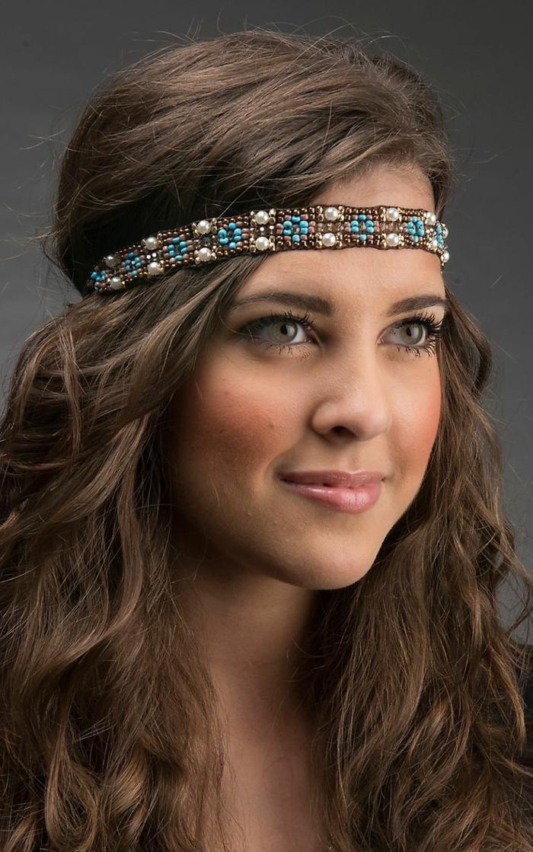 coiffure boheme, bandeau en perles façon hippie chic, cheveux chataîns