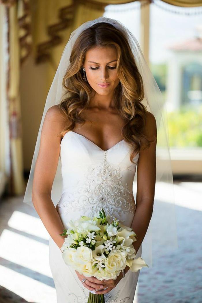 Mariage coiffure mariage tresse et boucle coiffure mariage bouclé robe de mariée bustier robe sirène bouquet ronde mariage