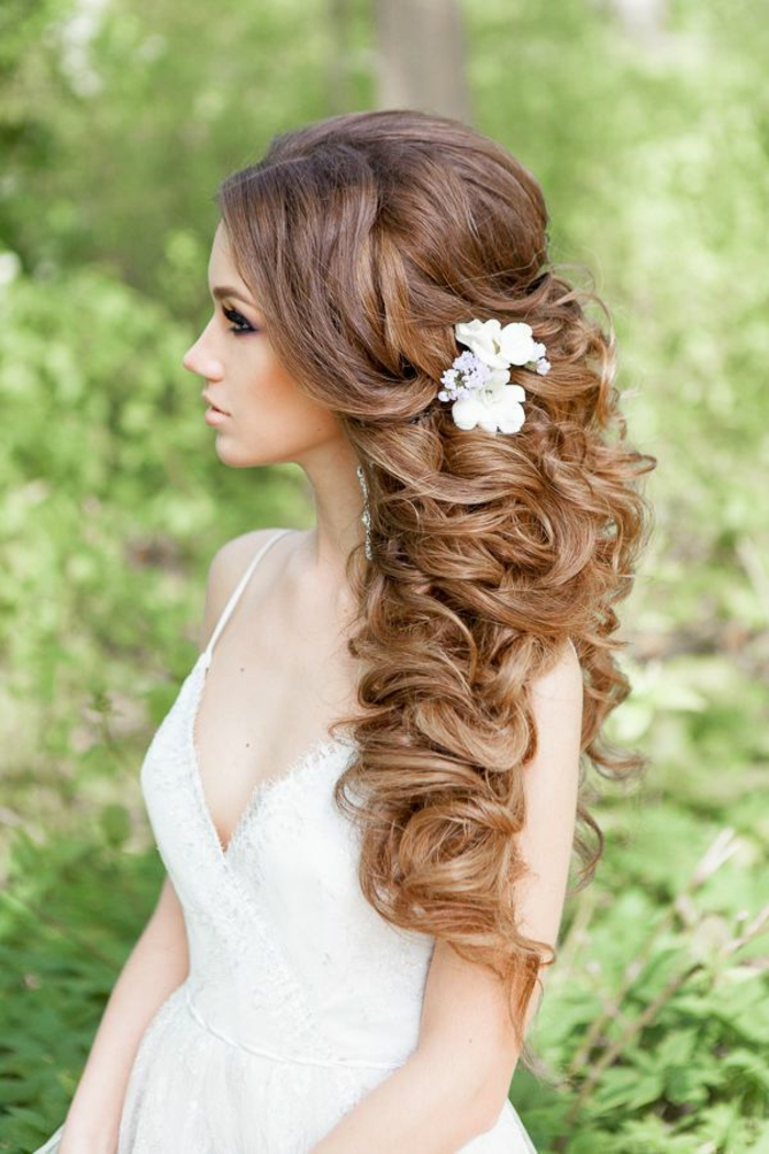 Quelle coiffure pour mariage cheveux bouclés originale idée mariage fleurs dans les cheveux